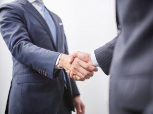 握手をする会社員