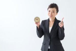 時計を持つ女性会社員