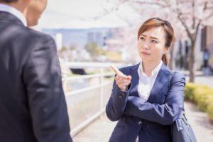 男性会社員に怒る女性会社員