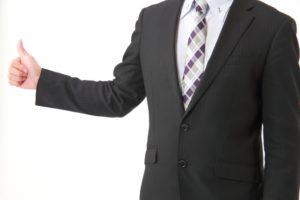 親指を立てる会社員