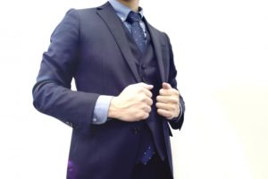 スーツを着た会社員