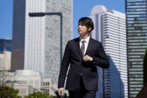 オフィス街を歩く会社員